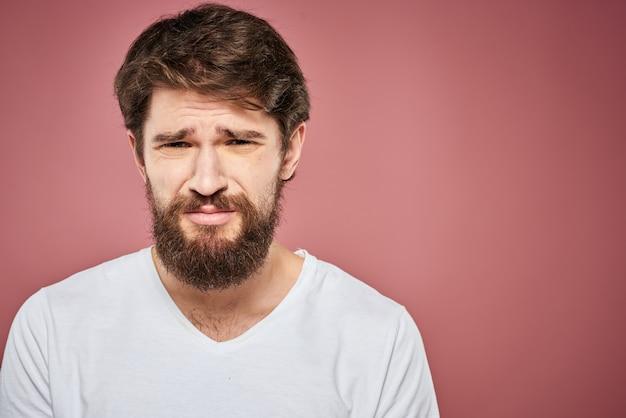 Jovem barbudo triste