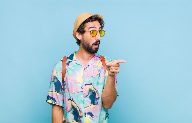 Jovem barbudo turista chocado e surpreso