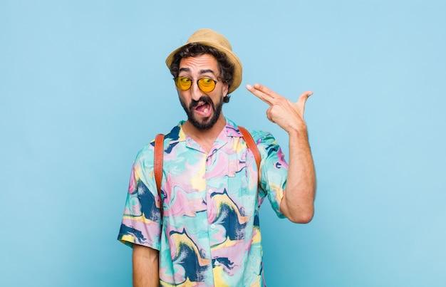 Jovem barbudo turista olhando infeliz e estressado