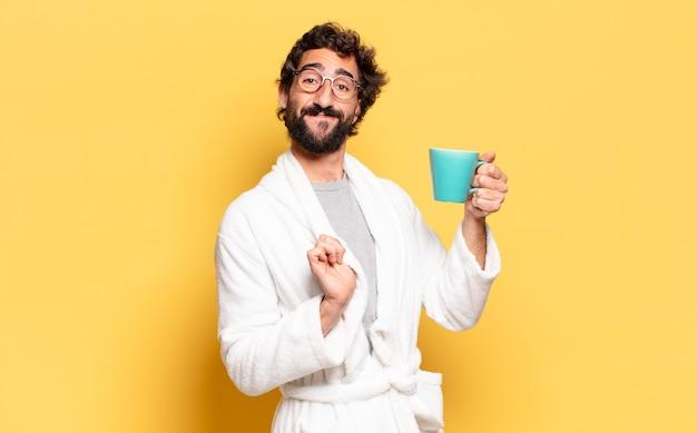 Jovem barbudo vestindo roupão de banho