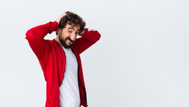 Jovem barbudo vista traseira, sentindo-se frustrado e irritado, doente e cansado do fracasso, farto de tarefas chatas e chatas
