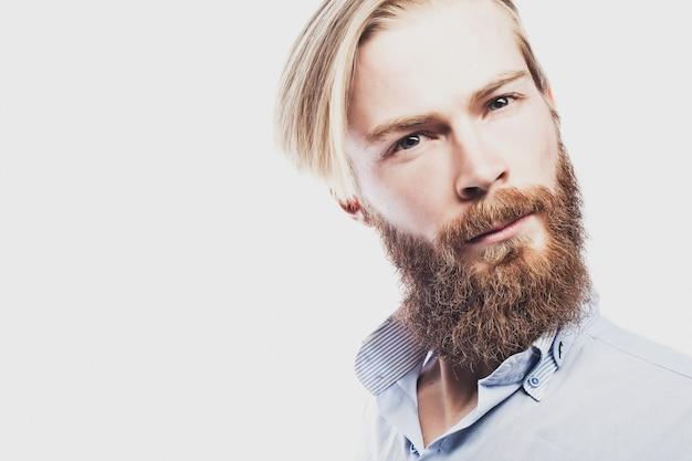 Jovem barbudo
