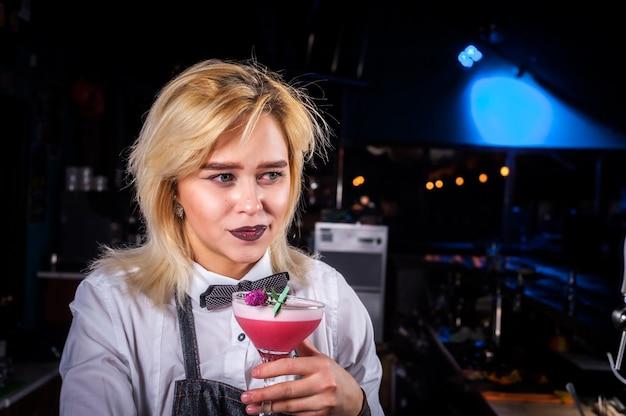 Jovem bartender criando um coquetel em boteco