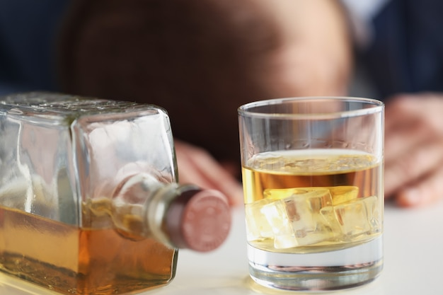 Jovem bebe muito álcool, conceito masculino de dependência de álcool