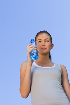 Jovem bebendo água