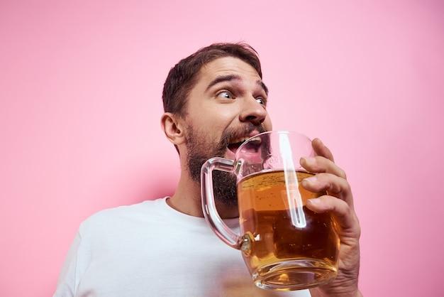 Jovem bebendo cerveja em um copo
