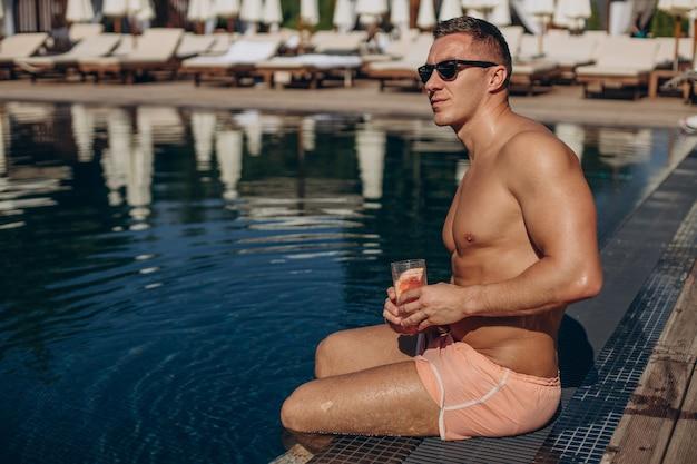 Jovem bebendo coquetel nas férias