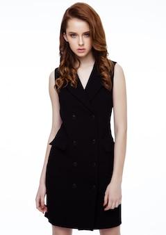 Jovem bela modelo usando vestido preto sem mangas em branco