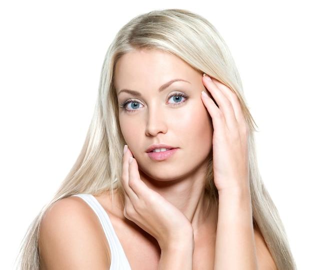 Jovem bela mulher sexy tocando seu rosto fresco - isolada