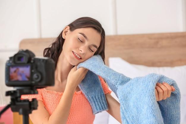 Jovem blogueira de moda gravando vídeo em casa