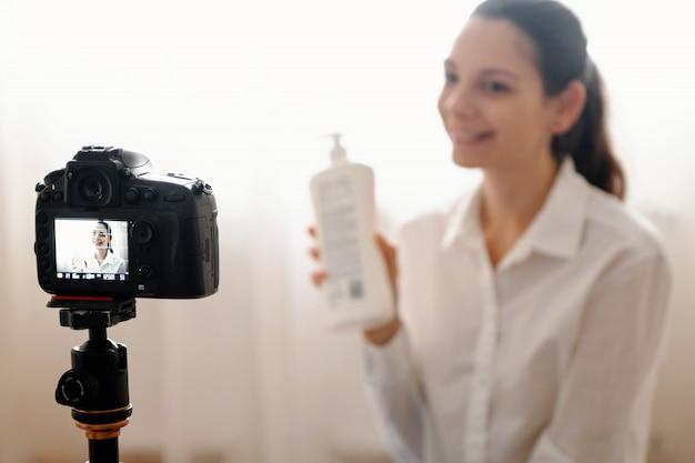 Jovem blogueira feminina com câmera