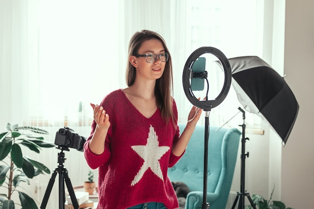 Jovem blogueira se preparando para gravar vídeo para vlog