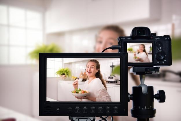 Jovem blogueira vlogger e influenciadora on-line gravando conteúdo de vídeo em alimentos saudáveis