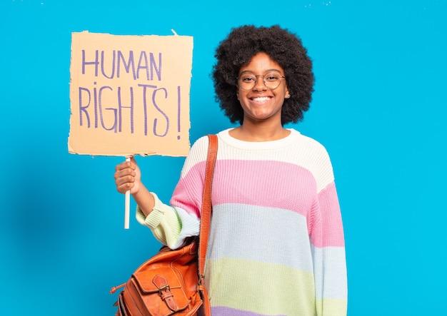 Jovem, bonita, afro, protestando com bandeira dos direitos humanos