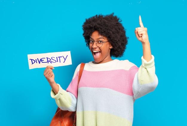 Jovem, bonita, afro, segurando uma bandeira da diversidade