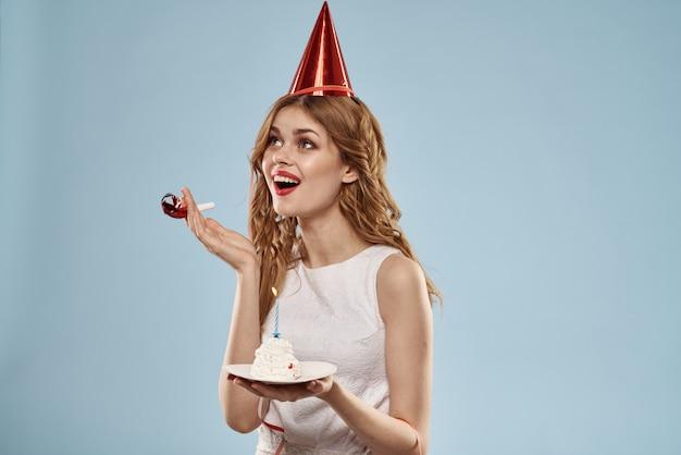 Jovem bonita com um bolinho e velas comemora aniversário