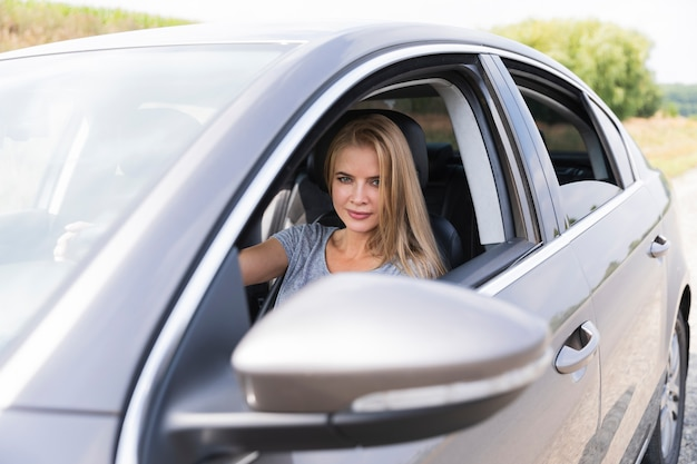 Jovem bonita dirigindo um carro