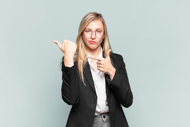 Jovem bonita empresária impaciente e zangada, apontando para o relógio, pedindo pontualidade, quer ser pontual