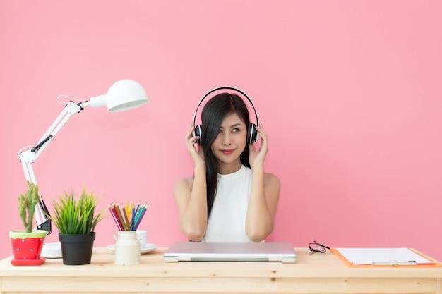 Jovem bonita trabalhando na mesa do computador