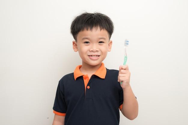 Jovem bonito a escovar os dentes