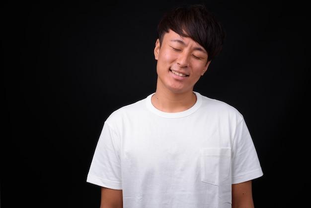 Jovem bonito asiático de preto