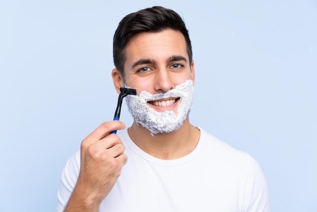 Jovem bonito, barbear a barba