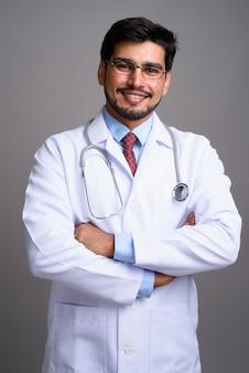 Jovem bonito barbudo médico persa usando óculos