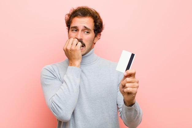Jovem bonito com cartão de crédito