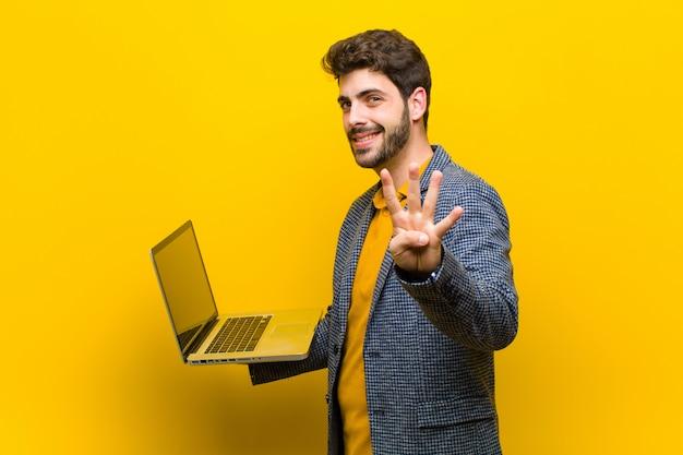 Jovem bonito com um laptop