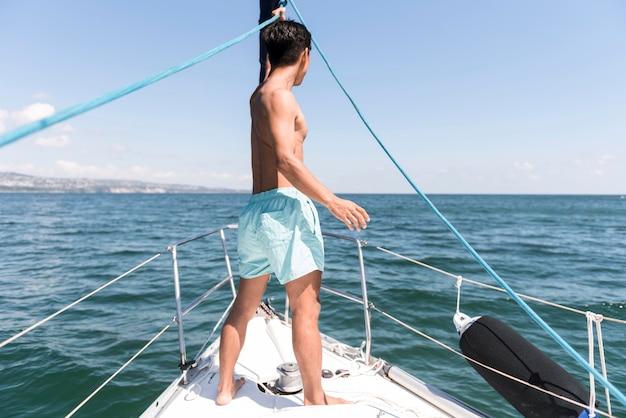 Jovem bonito curtindo o tempo no barco
