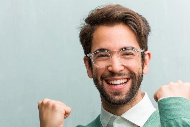 Jovem bonito empresário cara closeup muito feliz e animado