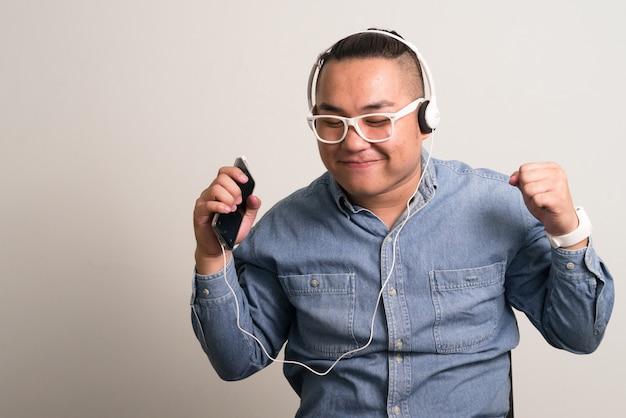 Jovem bonito empresário filipino com excesso de peso e óculos