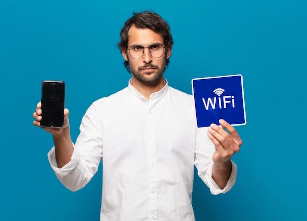 Jovem bonito empresário indiano mostrando a tela do celular