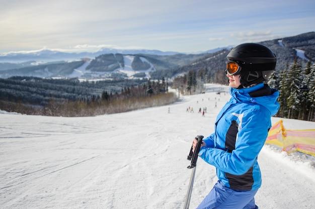Jovem, bonito, femininas, esquiador, meio, de, pista esqui