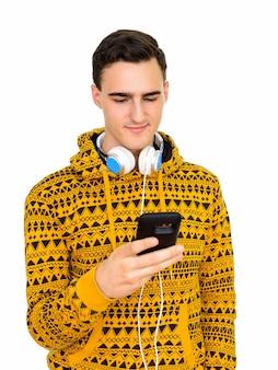 Jovem bonito homem branco usando telefone isolado no branco