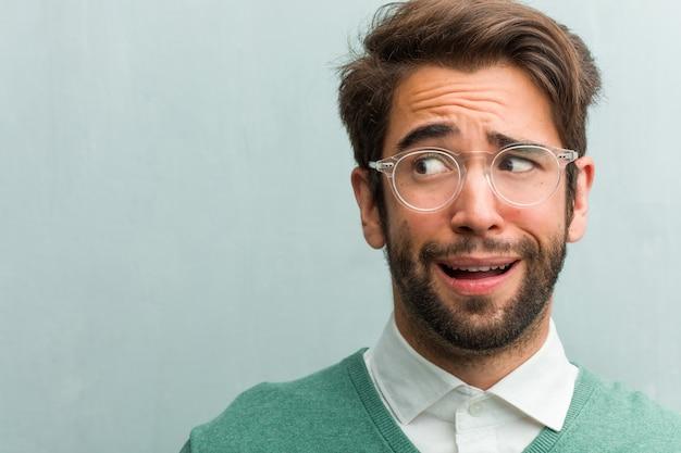 Jovem, bonito, homem empreendedor, rosto, closeup, muito, assustado, e, amedrontado