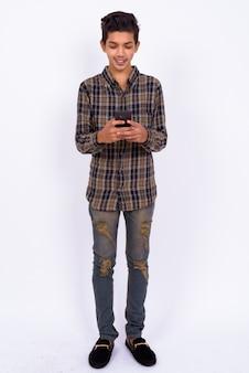 Jovem bonito indiano hipster adolescente em branco