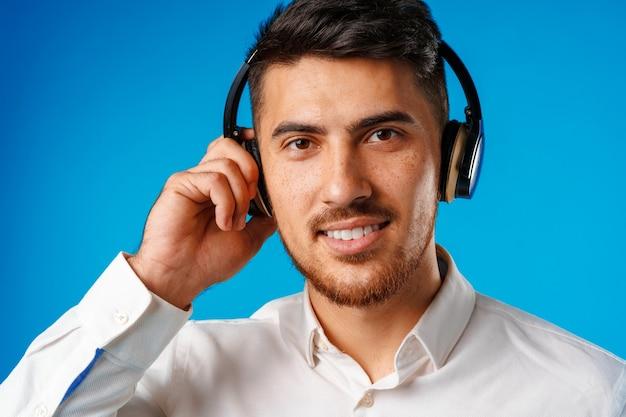 Jovem bonito mestiço ouvindo música