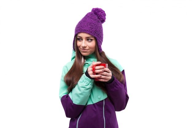 Jovem, bonito, mulher, em, roxo, casaco esqui, segure, copo