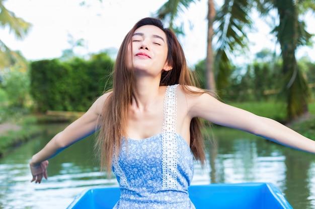 Jovem, bonito, mulher relaxando, por, remando barco