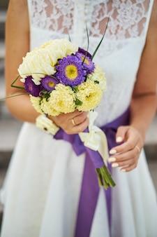 Jovem, bonito, noiva, em, vestido branco, segurando, buquê casamento, buquê, de, noiva