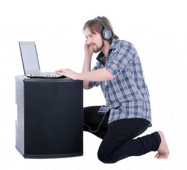 Jovem bonito ouvir música.
