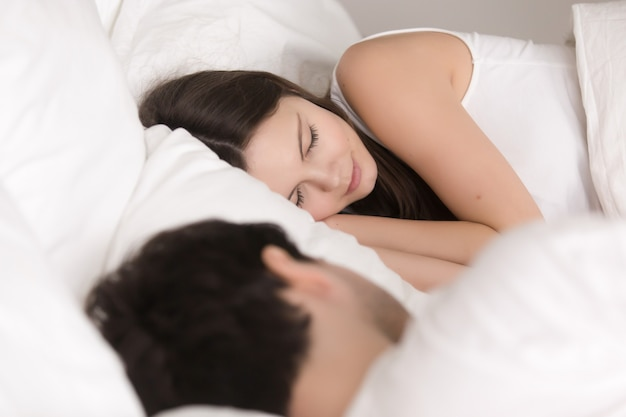 Jovem, bonito, par bonito, dormir confortavelmente, cama, fim