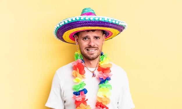 Jovem bonito parecendo perplexo e confuso. conceito de festa mexicana