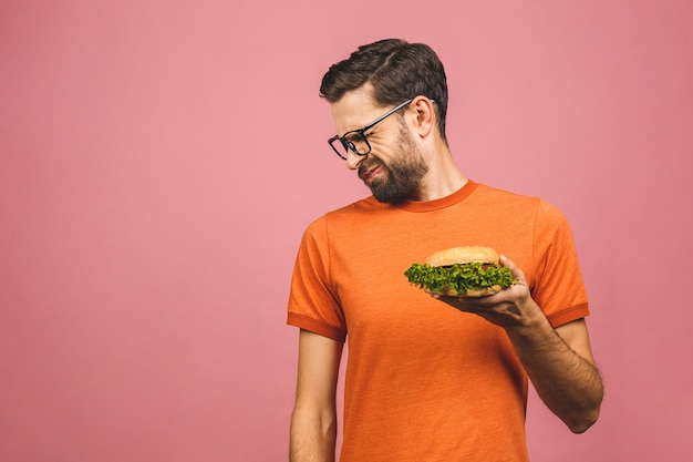 Jovem bonito, recusando-se a hambúrguer saudável