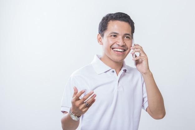 Jovem bonito responder telefone inteligente
