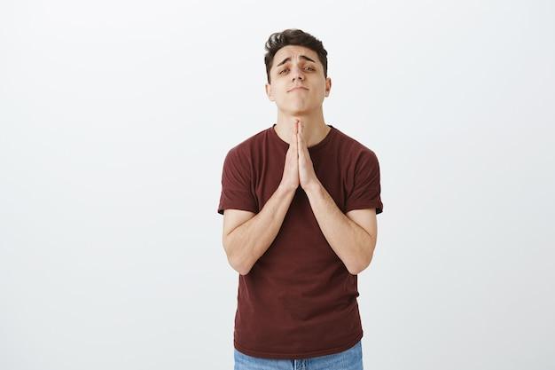 Jovem bonito rezando