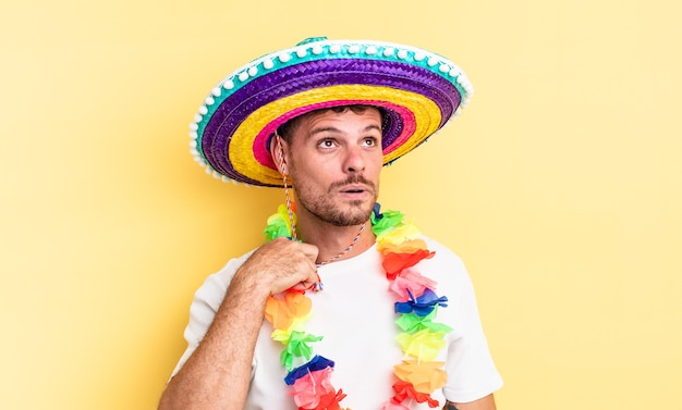 Jovem bonito se sentindo estressado, ansioso, cansado e frustrado. conceito de festa mexicana