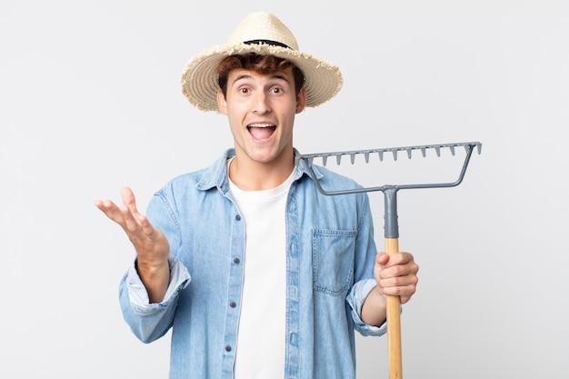 Jovem bonito se sentindo feliz e surpreso com algo inacreditável. conceito de fazendeiro