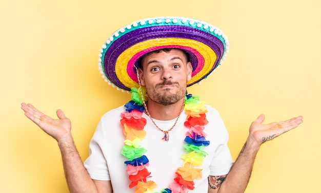 Jovem bonito se sentindo perplexo, confuso e duvidoso. conceito de festa mexicana